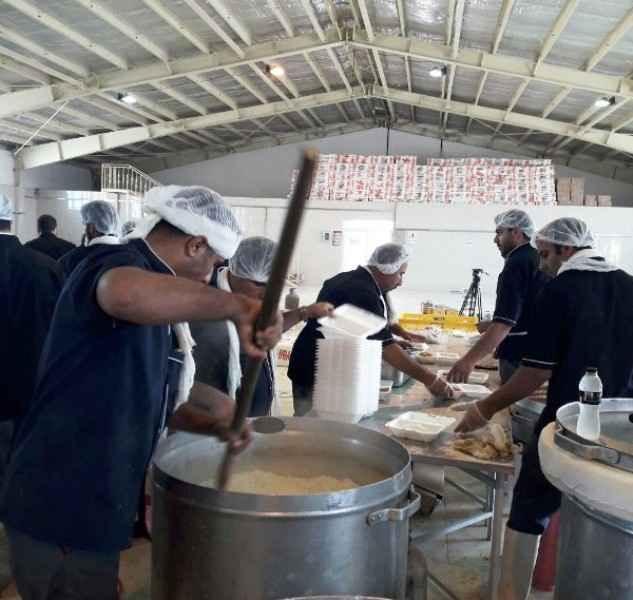 قرارگاه خاتم روزانه 10 هزار وعده غذا میان زائران توزیع می کند